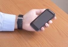 Uomo che tiene uno Smart Phone Fotografia Stock