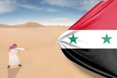 Uomo che tira bandiera siriana Fotografia Stock Libera da Diritti