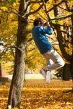 Uomo che tira su egli stesso sull'albero Immagine Stock