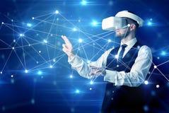 Uomo che tocca i segni di connettività 3D e della rete fotografia stock