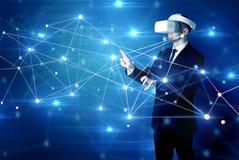 Uomo che tocca i segni di connettività 3D e della rete fotografia stock libera da diritti