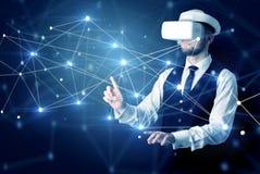 Uomo che tocca i segni di connettività 3D e della rete immagine stock libera da diritti