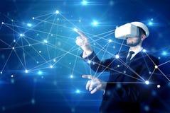 Uomo che tocca i segni di connettivit? 3D e della rete immagine stock libera da diritti