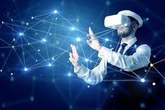 Uomo che tocca i segni di connettivit? 3D e della rete fotografie stock