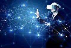 Uomo che tocca i segni di connettivit? 3D e della rete fotografia stock libera da diritti