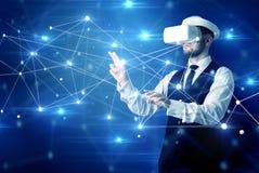 Uomo che tocca i segni di connettivit? 3D e della rete royalty illustrazione gratis