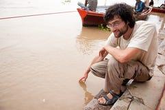 Uomo che tocca l'acqua Fotografie Stock Libere da Diritti