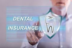 Uomo che tocca un concetto dell'assicurazione dentale immagini stock libere da diritti