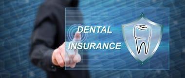 Uomo che tocca un concetto dell'assicurazione dentale fotografia stock libera da diritti
