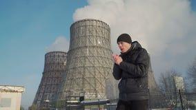 Uomo che tossisce nella zona industriale nell'inverno archivi video