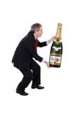 Uomo che trasporta una bottiglia surdimensionata del champagne immagini stock