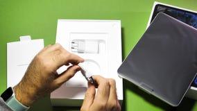 Uomo che unboxing disimballando il nuovo iPad dei calcolatori Apple pro archivi video