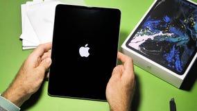 Uomo che unboxing disimballando il nuovo iPad dei calcolatori Apple pro stock footage