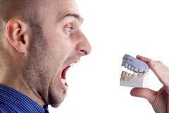 Uomo che urla alla muffa dentale Immagine Stock