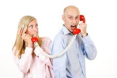 Uomo che urla sul telefono Fotografia Stock