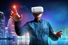 Uomo che usando gli occhiali di protezione di realtà virtuale fotografia stock