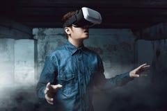 Uomo che usando gli occhiali di protezione di realtà virtuale fotografie stock libere da diritti