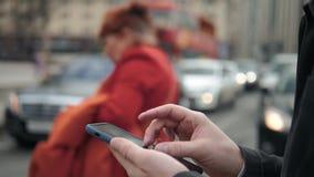 Uomo che usando il suo alto all'aperto e vicino del telefono cellulare, uomo che camminano con il telefono cellulare sulla gente  archivi video