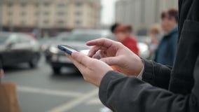 Uomo che usando il suo alto all'aperto e vicino del telefono cellulare, uomo che camminano con il telefono cellulare sulla gente  stock footage