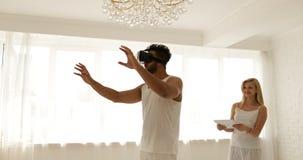 Uomo che usando la donna di vetro di realtà virtuale che tiene concetto digitale di tecnologia del computer 3d della compressa, g video d archivio