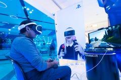 Uomo che usando la stazione VR di Sony Play Immagine Stock Libera da Diritti