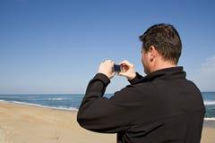 Uomo che usando macchina fotografica compatta Immagini Stock Libere da Diritti