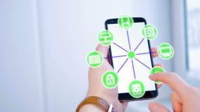 Uomo che usando schermo attivabile al tatto grafico futuristico per azionare le opzioni dello smarthome royalty illustrazione gratis