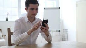 Uomo che usando Smartphone per il commercio finanziario online stock footage