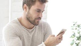 Uomo che usando Smartphone per il commercio finanziario online video d archivio
