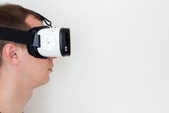 Uomo che usando vista astuta di profilo di vetro Fotografie Stock