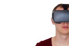 Uomo che usando vista frontale di vetro di realtà virtuale Immagine Stock