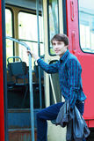 Uomo che va entrare nel tram della città fotografia stock