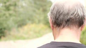 Uomo che va a fare una passeggiata attraverso la natura stock footage