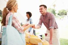 Uomo che vende formaggio fresco al mercato dell'alimento degli agricoltori Fotografia Stock Libera da Diritti