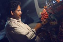 Uomo che vende fragola sulla strada a Bahadurabad immagine stock libera da diritti