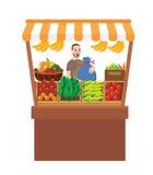 Uomo che vende gli ortaggi da frutto in prodotto di fattoria del mercato di prodotti freschi del supporto della stalla Immagine Stock