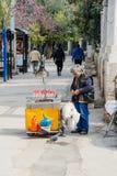 Uomo che vende i dolci a forma di della caramella del cuore tradizionale Immagini Stock