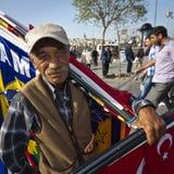 Uomo che vende le bandiere vicino al mercato della spezia di Costantinopoli Fotografie Stock