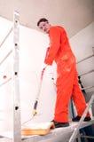 Uomo che vernicia la parete fotografie stock libere da diritti