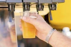Uomo che versa bevanda fresca nella barra di self service fotografie stock libere da diritti