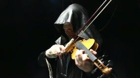 Uomo cieco che gioca sulle fiddle stock footage