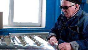 Uomo cieco nei vetri scuri sul lavoro archivi video