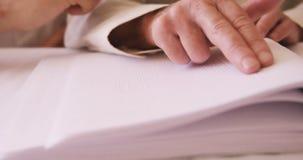 Uomo cieco senior che legge un libro di Braille video d archivio