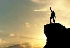 Uomo in cima alla montagna Fotografie Stock