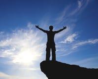 Uomo in cima alla montagna. Fotografia Stock