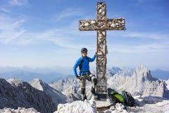 Uomo in cima alla montagna Fotografia Stock