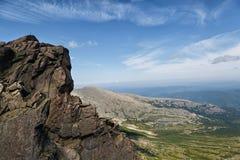 Uomo in cima alla montagna paesaggio fotografia stock libera da diritti