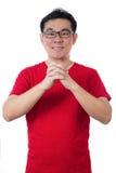 Uomo cinese asiatico che porta camicia rossa che mostra gestu di congratulazione Fotografia Stock