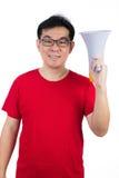 Uomo cinese asiatico felice che indossa l'altoparlante rosso della tenuta della camicia Fotografia Stock Libera da Diritti