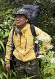 Uomo cinese che Backpacking attraverso la giungla Fotografia Stock